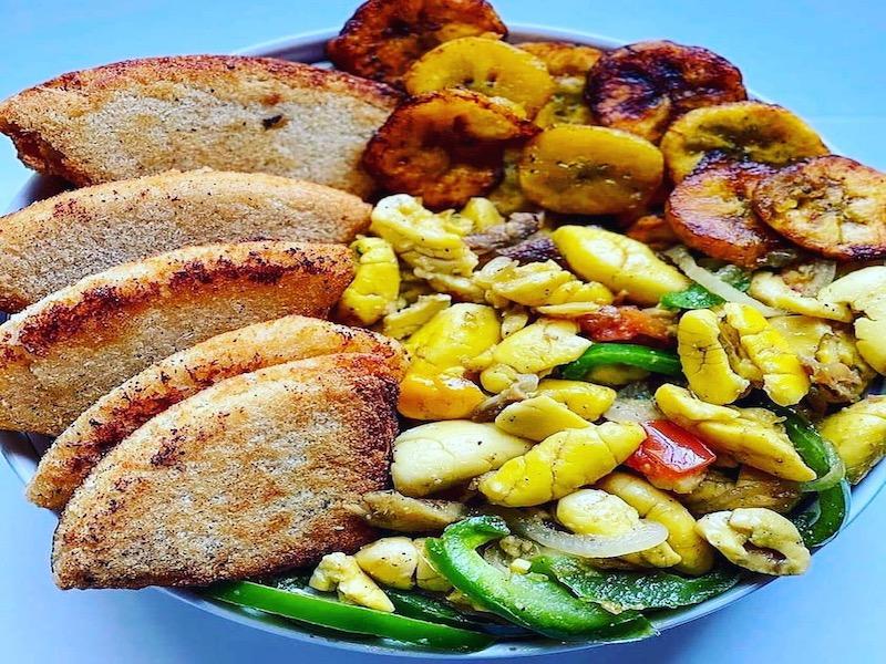 Jamaika von A-Z Bammy, Kochbananen, serviert mit Ackee und Salzfisch